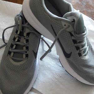 NWOT Grey Nike shoes